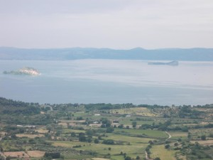Il Lago di Bolsena con l'isola Martana a sinistra e la Bisentina a destra.